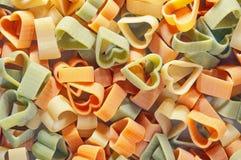 Ζυμαρικά χρώματος με τη μορφή καρδιών Στοκ Εικόνες
