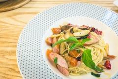 Ζυμαρικά Capellini με τα μανιτάρια και το λουκάνικο Στοκ Εικόνα