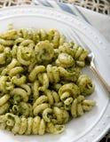 Ζυμαρικά Cavatappi Pesto ξύλων καρυδιάς του Kale στοκ φωτογραφίες με δικαίωμα ελεύθερης χρήσης