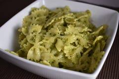 Ζυμαρικά Farfalle με τη σάλτσα Pesto βασιλικού στοκ φωτογραφίες με δικαίωμα ελεύθερης χρήσης