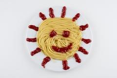 Ζυμαρικά Fettuccine Bolognese με τη σάλτσα ντοματών στο άσπρο κύπελλο Τοπ όψη στοκ εικόνες