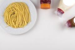 Ζυμαρικά Fettuccine Bolognese με τη σάλτσα ντοματών στο άσπρο κύπελλο Τοπ όψη στοκ εικόνα με δικαίωμα ελεύθερης χρήσης