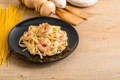 ζυμαρικά fettuccini με τις γαρίδες Στοκ Εικόνες