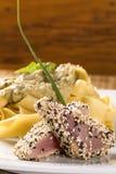 Ζυμαρικά Fettucine με τα άσπρα ψάρια σάλτσας και βακαλάων στοκ φωτογραφίες με δικαίωμα ελεύθερης χρήσης