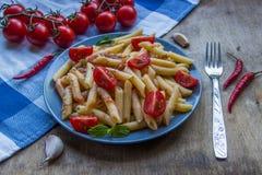 Ζυμαρικά penne με τις ντομάτες και τα τσίλι πιπεριών Στοκ Εικόνα