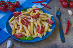 Ζυμαρικά penne με τις ντομάτες και τα τσίλι πιπεριών Στοκ Φωτογραφίες