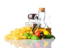 Ζυμαρικά Rigate Conchiglie την ιταλική κουζίνα που απομονώνεται με στο λευκό Στοκ Φωτογραφίες