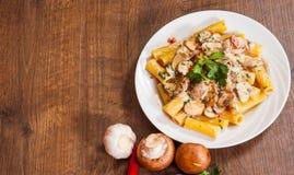 Ζυμαρικά Rigatoni με τη σάλτσα μανιταριών Στοκ φωτογραφία με δικαίωμα ελεύθερης χρήσης