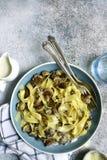 Ζυμαρικά Tagliatelle με τα τηγανισμένα μανιτάρια και θυμάρι σε μια σάλτσα κρέμας r στοκ εικόνες