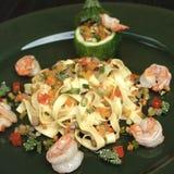 Ζυμαρικά Tagliatelle με τις γαρίδες και τα λαχανικά Στοκ Εικόνα