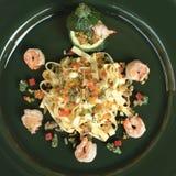Ζυμαρικά Tagliatelle με τις γαρίδες και τα λαχανικά Στοκ Φωτογραφίες