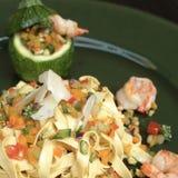 Ζυμαρικά Tagliatelle με τις γαρίδες και τα λαχανικά Στοκ εικόνες με δικαίωμα ελεύθερης χρήσης