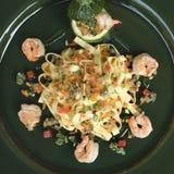 Ζυμαρικά Tagliatelle με τις γαρίδες και τα λαχανικά Στοκ Εικόνες