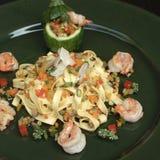 Ζυμαρικά Tagliatelle με τις γαρίδες και τα λαχανικά Στοκ Φωτογραφία