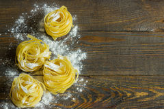 Ζυμαρικά tagliatelle με το αλεύρι στον πίνακα Στοκ Εικόνες