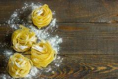Ζυμαρικά tagliatelle με το αλεύρι στον πίνακα Στοκ Εικόνα