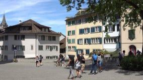 ΖΥΡΙΧΗ, ΕΛΒΕΤΙΑ - 4 ΙΟΥΛΊΟΥ 2017: Πολίτες και τουρίστες που περπατούν στις οδούς της Ζυρίχης, Ελβετία Η Ζυρίχη είναι μια οδήγηση  απόθεμα βίντεο