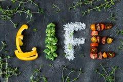 Ζωή λέξης που γίνεται με τα ακατέργαστα veggies Στοκ φωτογραφία με δικαίωμα ελεύθερης χρήσης