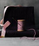 1 ζωή ακόμα ένα παλαιό εξέλικτρο του νήματος με μια βελόνα Στοκ Φωτογραφίες