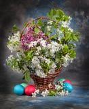 1 ζωή ακόμα Ανθοδέσμη έννοιας Πάσχας στο καλάθι και τα αυγά Στοκ εικόνες με δικαίωμα ελεύθερης χρήσης
