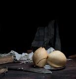 1 ζωή ακόμα αχλάδια και παλαιό ασημένιο μαχαίρι σε ένα σκοτεινό υπόβαθρο Στοκ εικόνα με δικαίωμα ελεύθερης χρήσης
