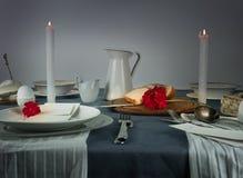 1 ζωή ακόμα κανάτα, κουλούρι, άσπρα κεριά σε ένα μπλε τραπεζομάντιλο Στοκ φωτογραφίες με δικαίωμα ελεύθερης χρήσης