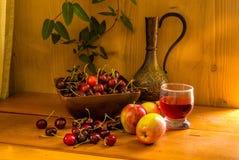 1 ζωή ακόμα Κεράσι, μήλο και ένα γυαλί Στοκ εικόνες με δικαίωμα ελεύθερης χρήσης