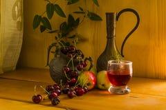 1 ζωή ακόμα Κεράσι, μήλο και ένα γυαλί Στοκ εικόνα με δικαίωμα ελεύθερης χρήσης