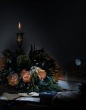 1 ζωή ακόμα κερί στο κηροπήγιο χαλκού, πορτοκαλιά ανθοδέσμη των τριαντάφυλλων, ρολόι νύχτα Στοκ εικόνες με δικαίωμα ελεύθερης χρήσης