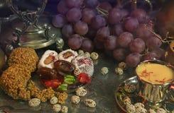 1 ζωή ακόμα Παραδοσιακά ασιατικά γλυκά στον εκλεκτής ποιότητας μαροκινό δίσκο Στοκ φωτογραφία με δικαίωμα ελεύθερης χρήσης