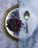 1 ζωή ακόμα παλαιές ασημένιες πιάτο, κουτάλι, μετάξι και δέσμες των άγριων σταφυλιών Κινηματογράφηση σε πρώτο πλάνο Τοπ όψη Στοκ Εικόνες