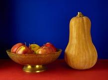 1 ζωή ακόμα Παλαιό βάζο, μήλα και κολοκύθα μετάλλων Στοκ εικόνα με δικαίωμα ελεύθερης χρήσης