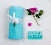 1 ζωή ακόμα Πετσέτα λουτρών που δένεται με την πλεξούδα, με ένα λουλούδι χειροποίητο σαπούνι Στοκ φωτογραφία με δικαίωμα ελεύθερης χρήσης