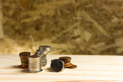 1 ζωή ακόμα Σωρός των χρημάτων, ταϊλανδικά νομίσματα ενός λουτρού στο ξύλο Στοκ Εικόνες