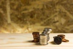 1 ζωή ακόμα Σωρός των χρημάτων, ταϊλανδικά νομίσματα ενός λουτρού στο ξύλινο backgro Στοκ Φωτογραφίες