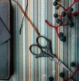 1 ζωή ακόμα Τρύγος σημειωματάριο, δέσμες των άγριων σταφυλιών, ψαλίδι σε παλαιό χαρτί Κινηματογράφηση σε πρώτο πλάνο Στοκ Εικόνες