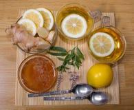 1 ζωή ακόμα Τσάι στα διαφανή φλυτζάνια Μέλι, πιπερόριζα, λεμόνι Από το κρύο και τη γρίπη Στοκ Εικόνες