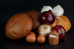 1 ζωή ακόμα Ψωμί, αυγά, βολβοί και άλας Στοκ Εικόνες