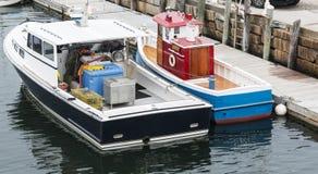ζωή - βάρκα ρυμουλκών παιχνιδιών μεγέθους στο νερό Στοκ φωτογραφία με δικαίωμα ελεύθερης χρήσης
