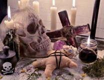 Ζωή βουντού ακόμα με το κρανίο, την κούκλα και τα καίγοντας κεριά Στοκ φωτογραφία με δικαίωμα ελεύθερης χρήσης