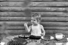 ζωή γατακιών αγελάδων χωρών γατών Το μικρό παιδί δίνει τον αντίχειρα επάνω Στοκ Εικόνες