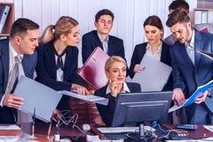 Ζωή γραφείων επιχειρηματιών των ανθρώπων ομάδων που εργάζονται με τα έγγραφα Στοκ εικόνες με δικαίωμα ελεύθερης χρήσης