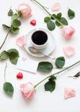 Ζωή ημέρας βαλεντίνων του ST ακόμα - φλιτζάνι του καφέ, τριαντάφυλλα ροδάκινων, κενή κάρτα αγάπης και διαμορφωμένες καρδιά καραμέ Στοκ Εικόνα