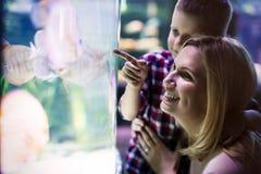 Ζωή θάλασσας προσοχής μητέρων και γιων στο oceanarium στοκ εικόνα με δικαίωμα ελεύθερης χρήσης