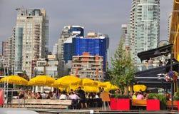 Ζωή θερινών πόλεων με τον ανοικτό καφέ, κίτρινες ομπρέλες θαλάσσης, αρχεία ανάθεσης Στοκ εικόνα με δικαίωμα ελεύθερης χρήσης