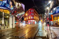 Ζωή νύχτας στο κέντρο του Μπέρμιγχαμ, UK Σκοτεινός μαύρος ουρανός στοκ εικόνες με δικαίωμα ελεύθερης χρήσης