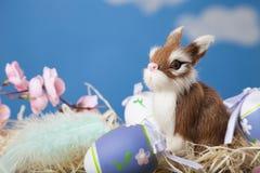 Ζωή Πάσχας ακόμα με τα αυγά Πάσχας και ένα κουνέλι παιχνιδιών Στοκ φωτογραφίες με δικαίωμα ελεύθερης χρήσης