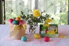 Ζωή Πάσχας ακόμα με τα χρωματισμένα αυγά και τα μπισκότα Πάσχας Στοκ εικόνες με δικαίωμα ελεύθερης χρήσης