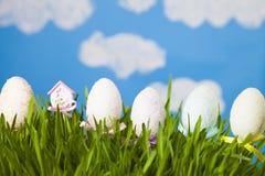 Ζωή Πάσχας ακόμα με την πράσινα χλόη και τα αυγά Πάσχας Στοκ εικόνα με δικαίωμα ελεύθερης χρήσης