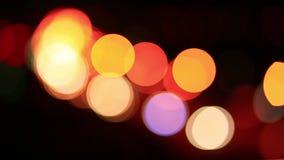 Ζωή πόλεων νύχτας Defocused: αυτοκίνητα, άνθρωποι και λαμπτήρες οδών, αναδρομικό ύφος απόθεμα βίντεο